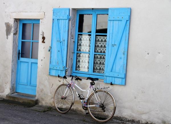 La bicyclette sous les volets bleus