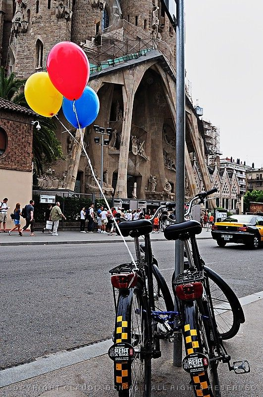 3 balloons and Gaudí