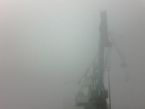 Le port de commerce sous un couvercle de brume