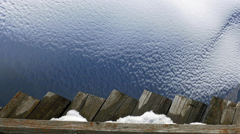 La passerelle en bois et la vague en neige