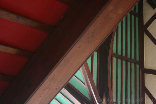 Plafond en vert et rouge
