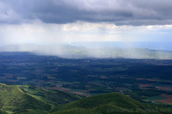 Au loin tombe la pluie