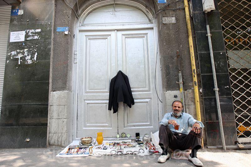 پیرمرد عطیقه فروش در خیابان لاله زار تهران
