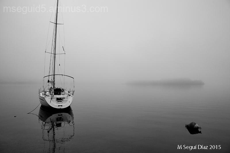 Yate en la niebla