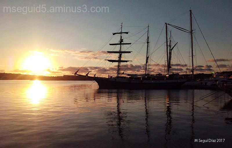 Barco al amanecer (Puerto de Mahón -Menorca)