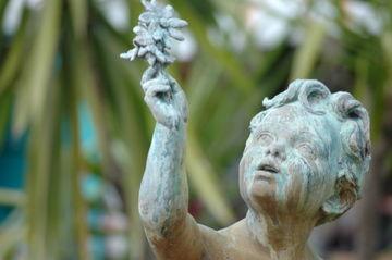 statue d'une enfant tendant une fleur