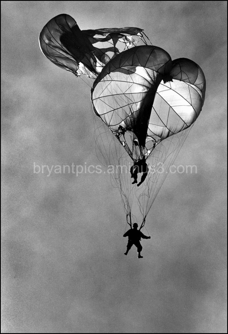 Two paratroopers collide midair