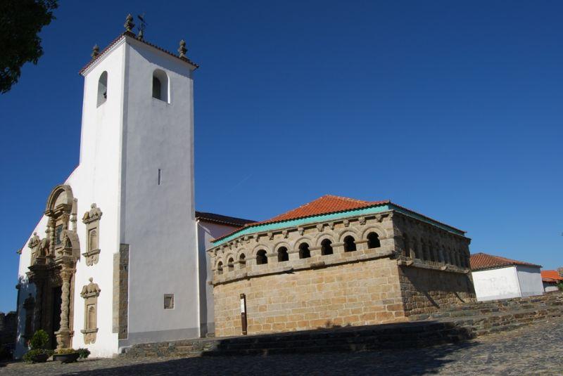 Domus Minicipalis e Igreja do castelo de Bragança