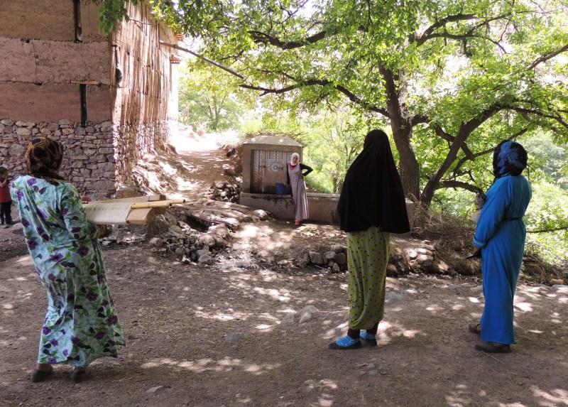 Femmes berbères à la fontaine