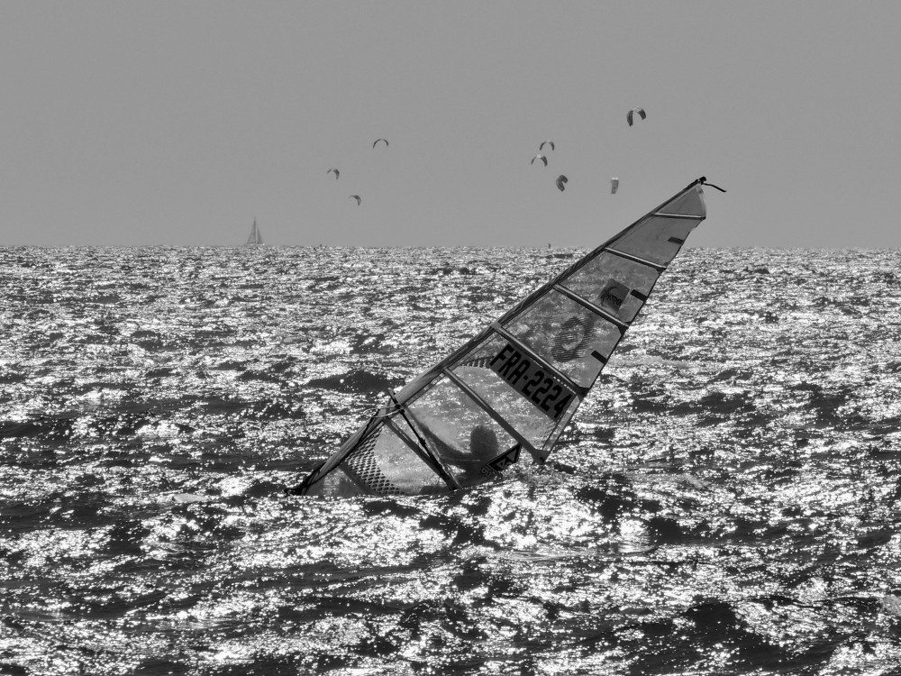 Windsurf...swallowed by the waves !