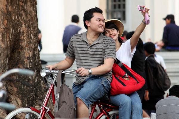 sambil bersepeda, berfoto,inilah cinta