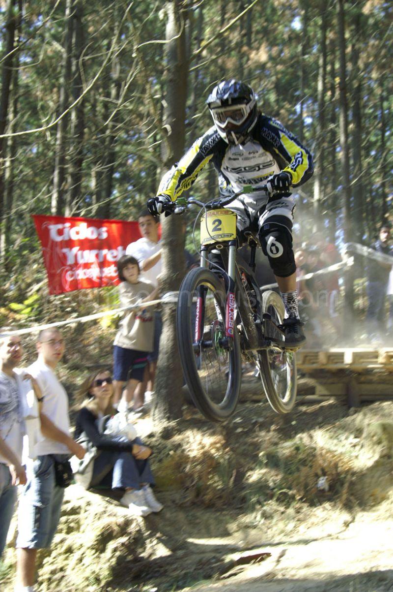 Arnau SUGRAÑES en un espectacular salto.