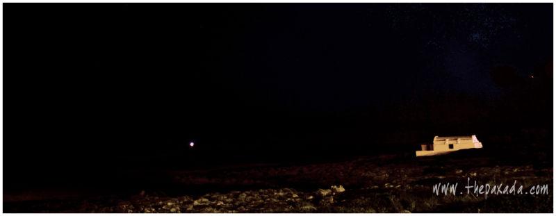 Noche. Un refugio de pescadores.
