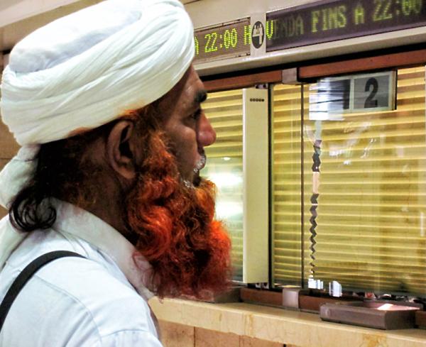 * Els altres. Turbant blanc i barba roja