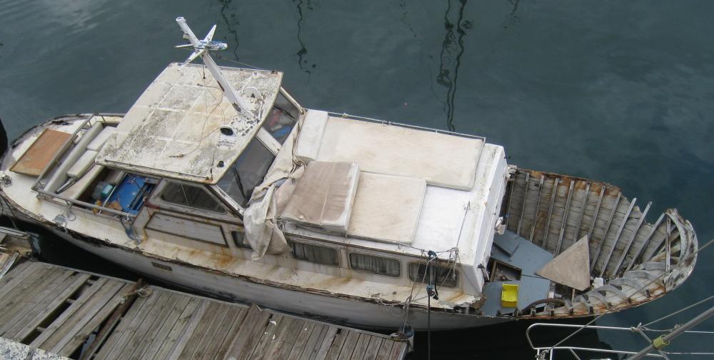 * Barca abandonada