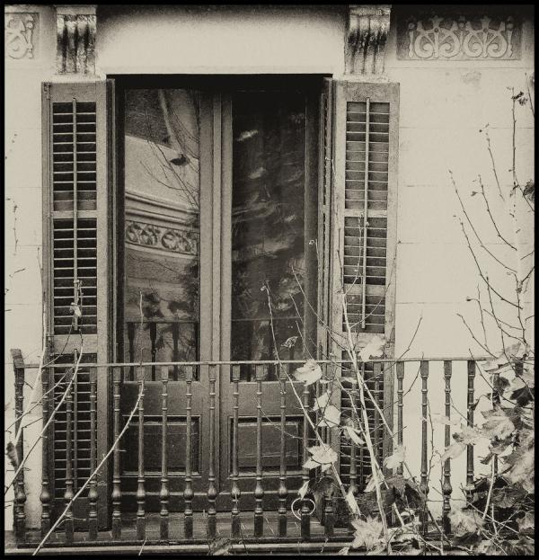 * Casa meva al vidre del balcó veí