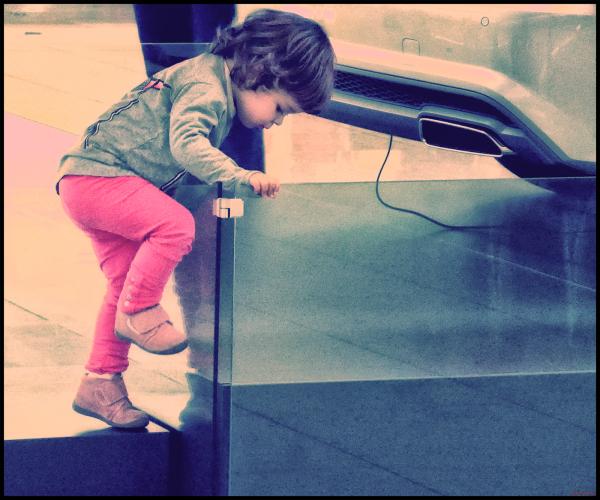 * La nena i la caixa