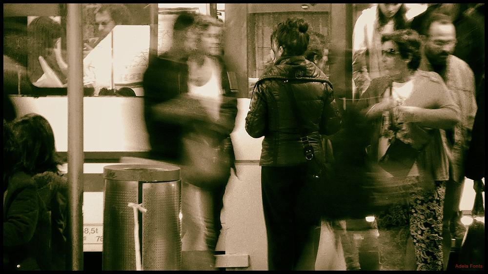 * Gent al Metro de Barcelona