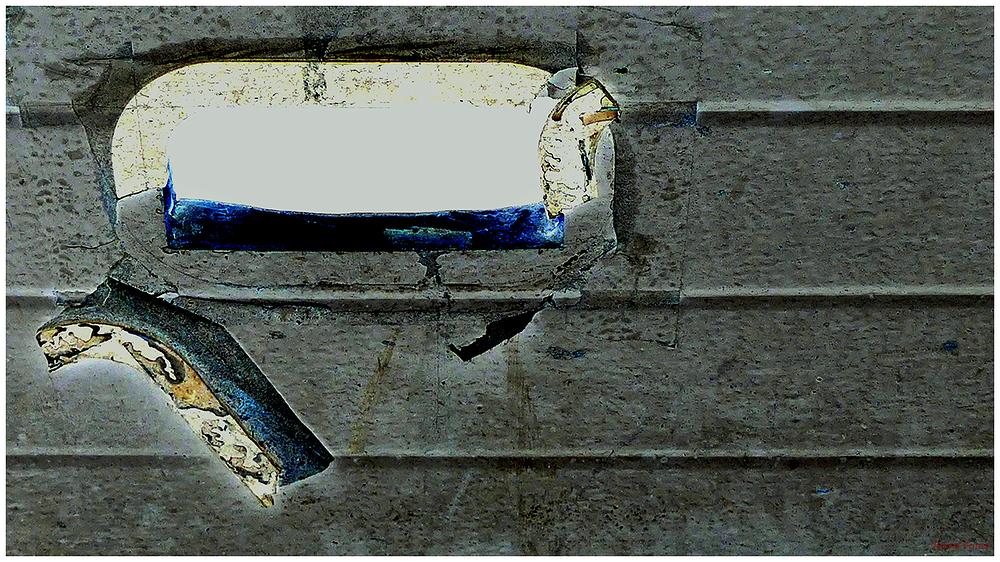 * Un mur amb un forat