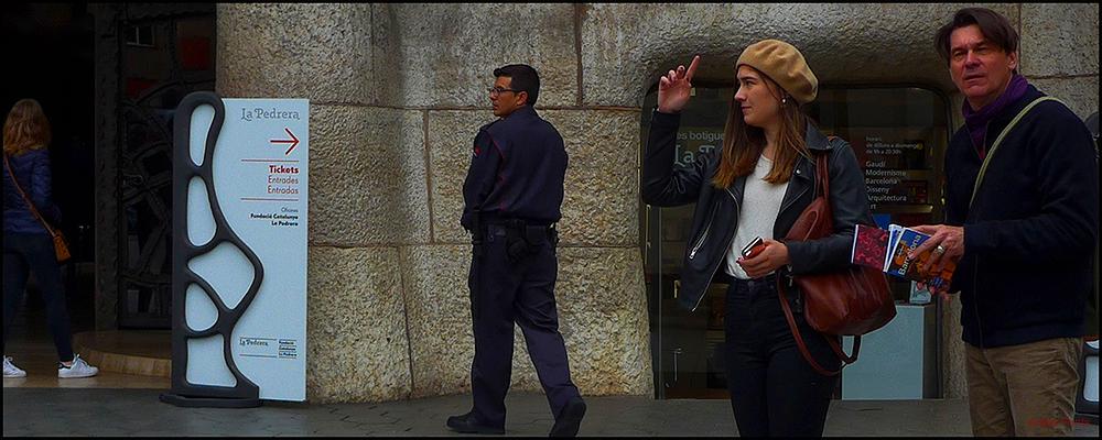 * Gent a l'entrada de la Casa Milà