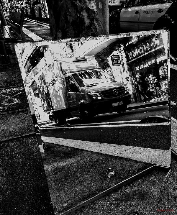 * Un mirall al carrer