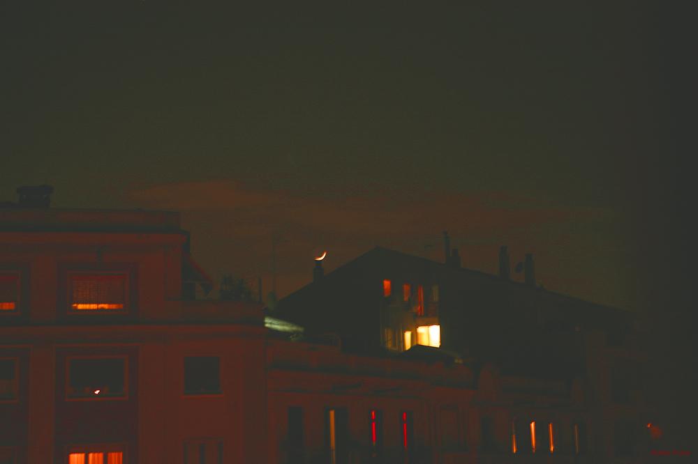 * La lluna a la xemeneia