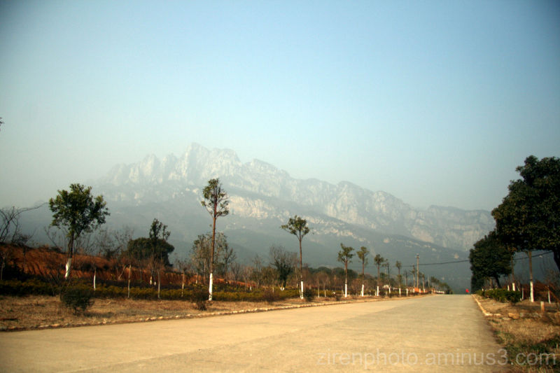 Mt. Lushan 庐山 in the distant from Jiujiang 九江.