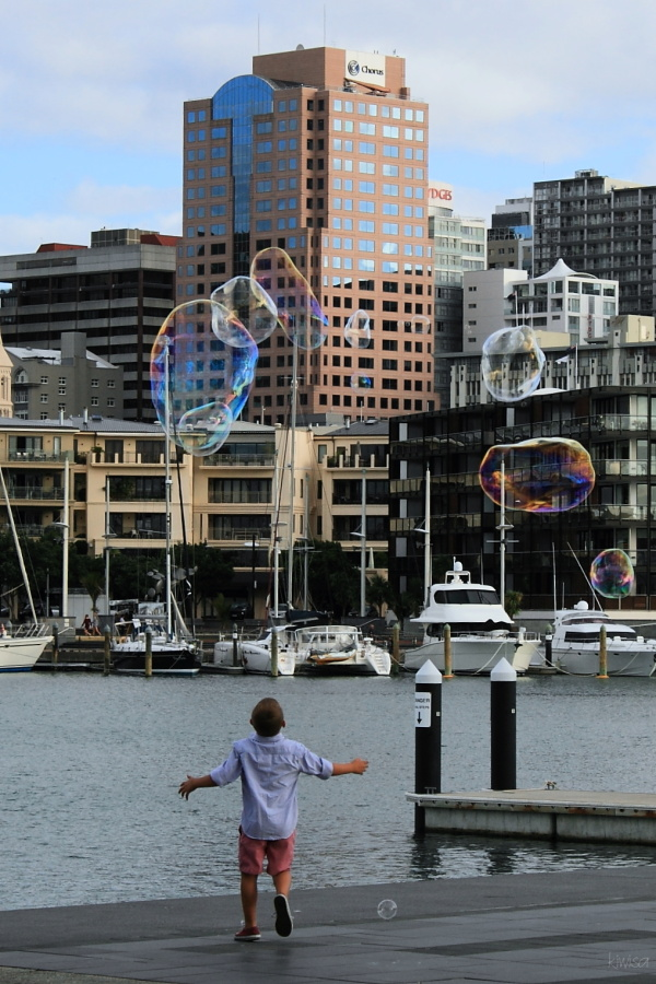 Catch the giant bubbles