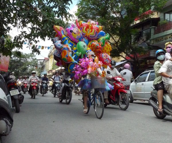 A crazy bicycle with dozens of ballons in Hanoi