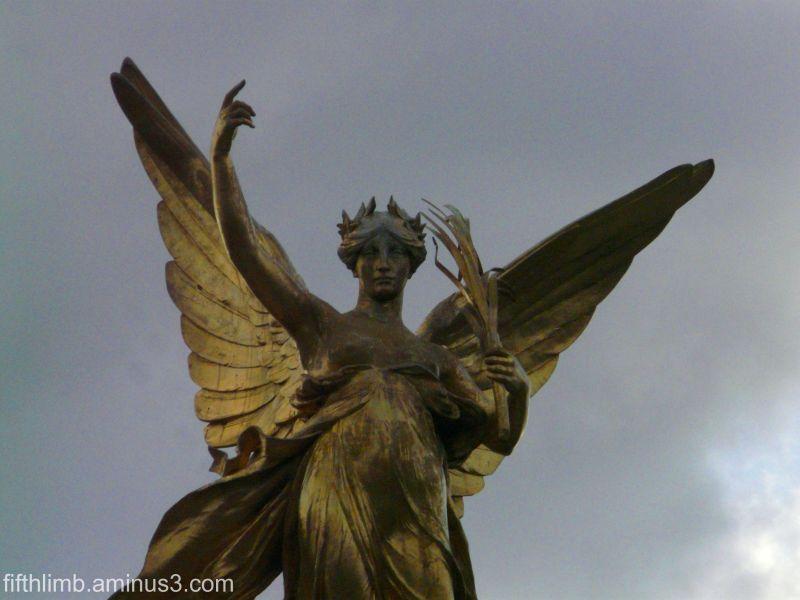 Statue Outside Buckingham Palace