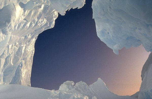 Une grotte de glace dans un iceberg de tere Adélie