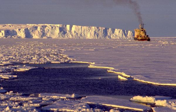 Un brise glace s'approchant de DDU