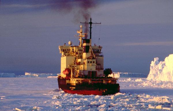 Un brise glace au large de la terre Adélie