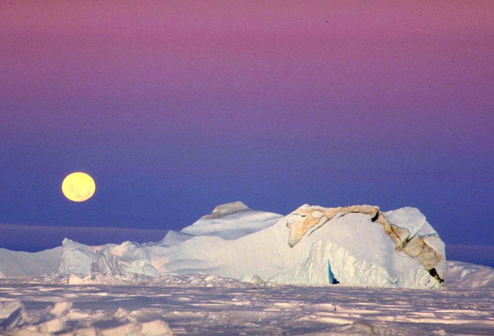 Clair de lune et soleil de minuit sur la banquise