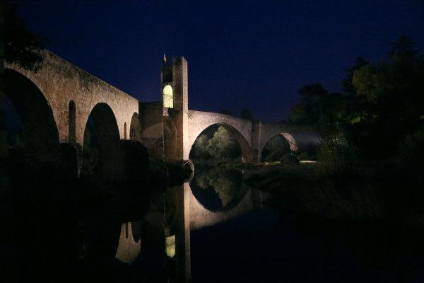 Le pont de Besalu à la tombée de la nuit