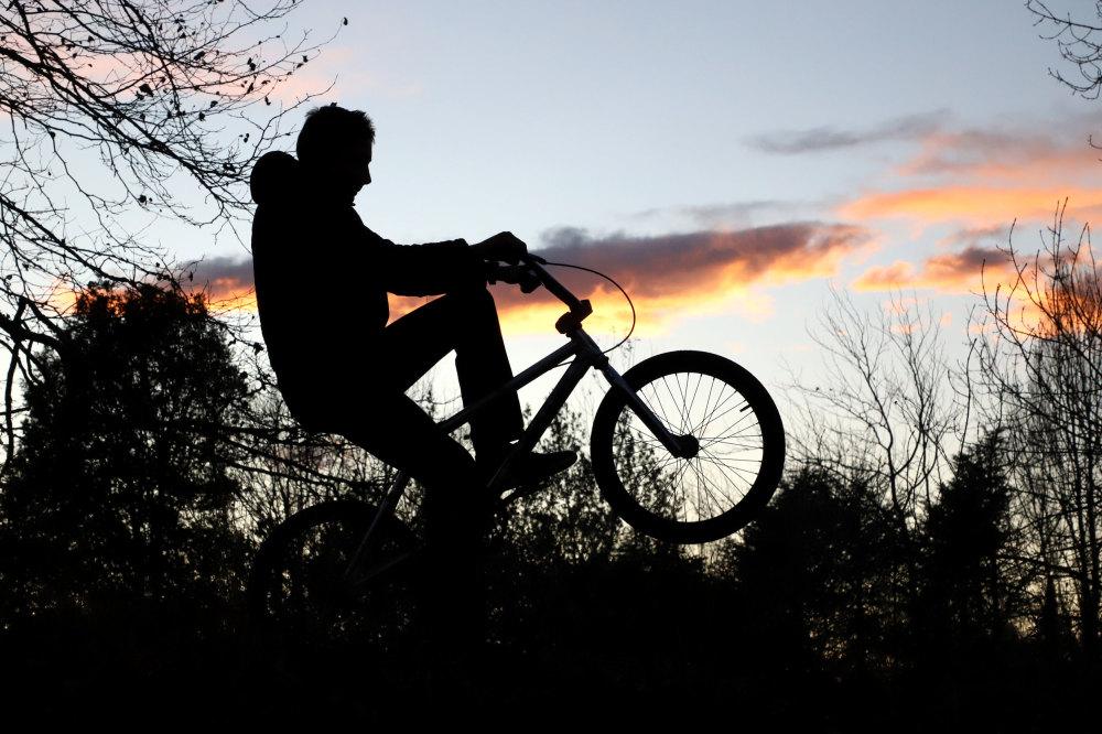 Cycliste au crépuscule