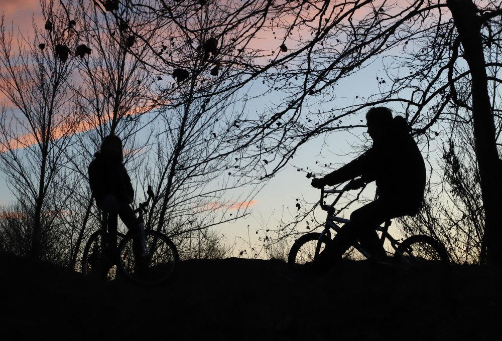 Cyclistes au crépuscule