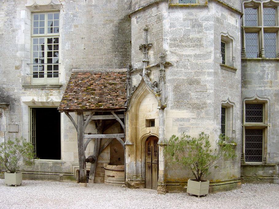 La cour du chateau de Chateauneuf