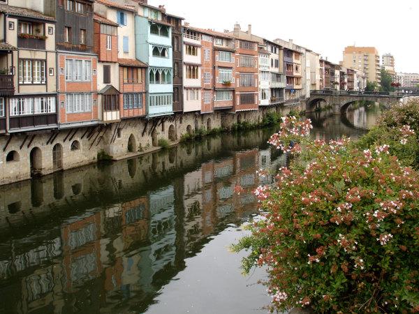 Les rives dans la ville de Castres