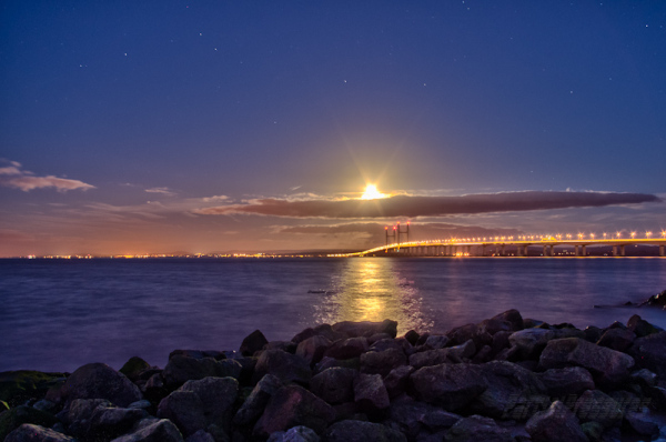 Setting moon and Gemini over the Severn