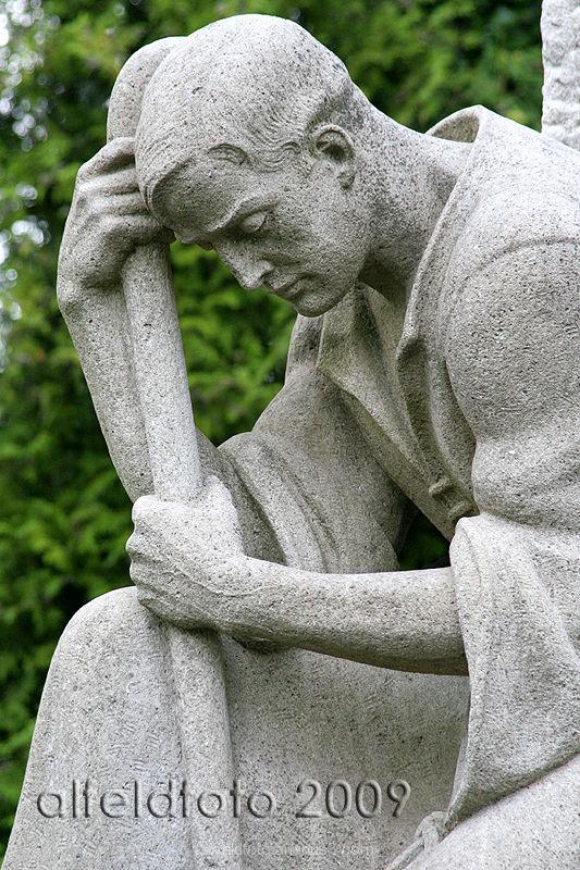 Skulptur eines Schäfers auf dem Friedhof in Alfeld