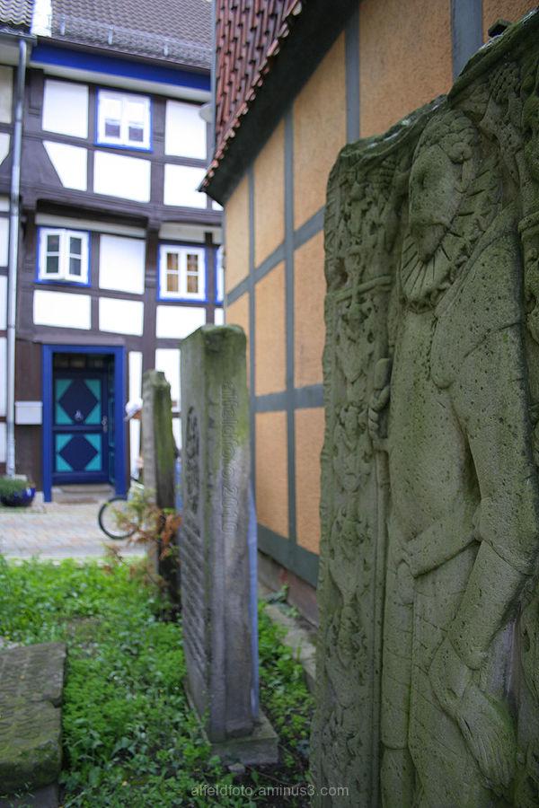Grabsplatten am Tiermuseum in Alfeld