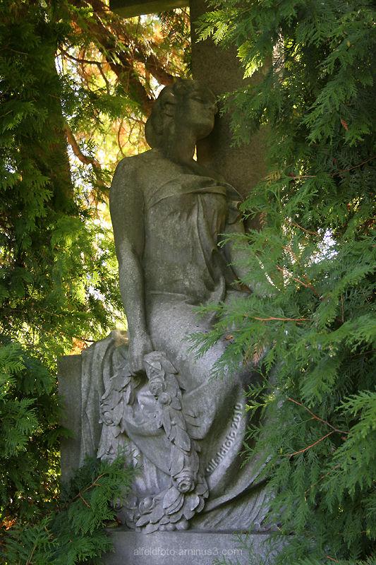 Skulptur auf dem Alfelder Friedhof