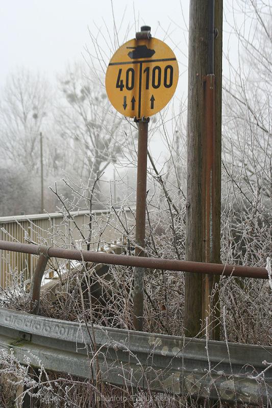 Winterlandschaft mit Verkehrsschild, Leinebergland