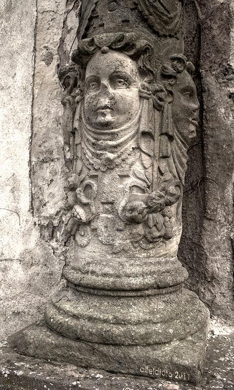 Säulengesicht am Tor der Burgruine Polle