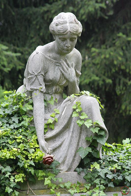 Skulptur auf dem Friedhof in Alfeld (Leine)