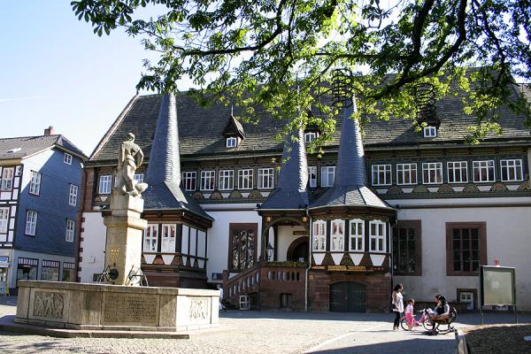 Rathaus und Eulenspiegelbrunnen in Einbeck