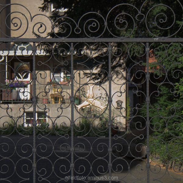 Zaun bei der Kirche Sankt Josef in Gronau (Leine)