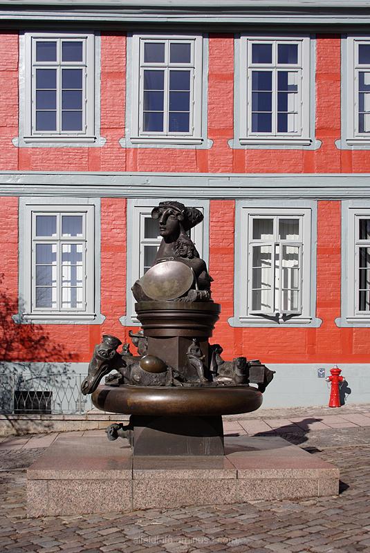 Skulptur vor der Stadtkasse Alfeld (Leine)