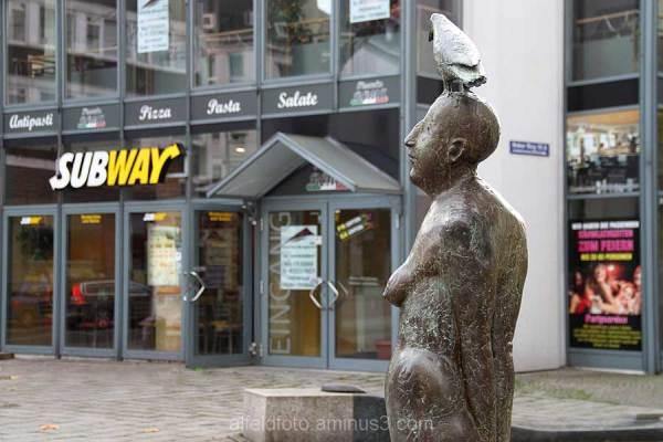Stehende mit Vogel, Hildesheim